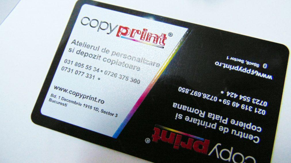 carte de vizita plastic negru printata cu alb